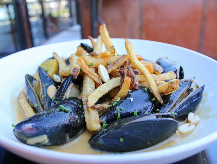 Avenues Proper - massaman curry mussels - now also with Type 5 package agency license, take a brew to go
